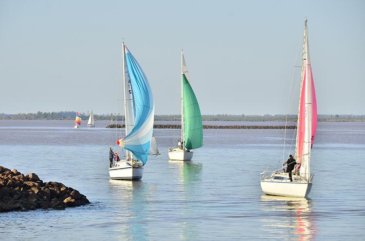 Barcos navegando el río en Federación, Entre Ríos