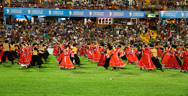 Bailarines en el predio del festival