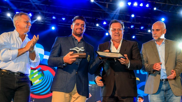 El ministro Santos entrega la distinción de Marca País